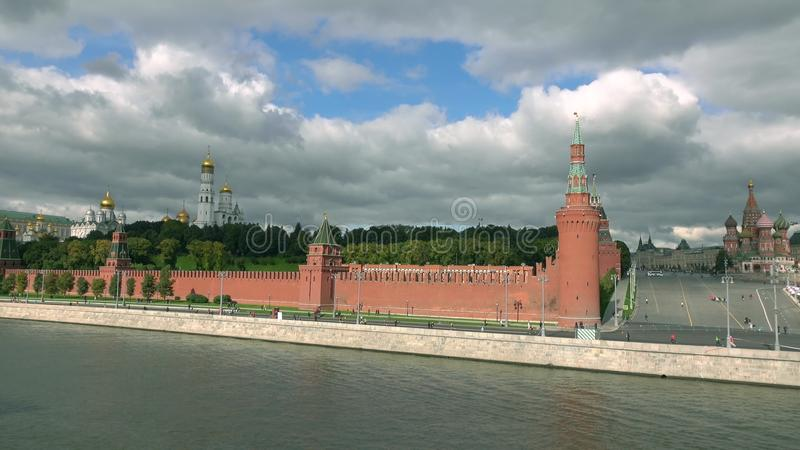Corredores de maratón distantes irreconocibles contra las señales famosas rusas: Moscú el Kremlin, cuadrado rojo y santo Basil& x fotografía de archivo