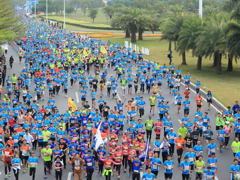 Corredores de maratón en la calle en el maratón del International de Shenzhen foto de archivo libre de regalías