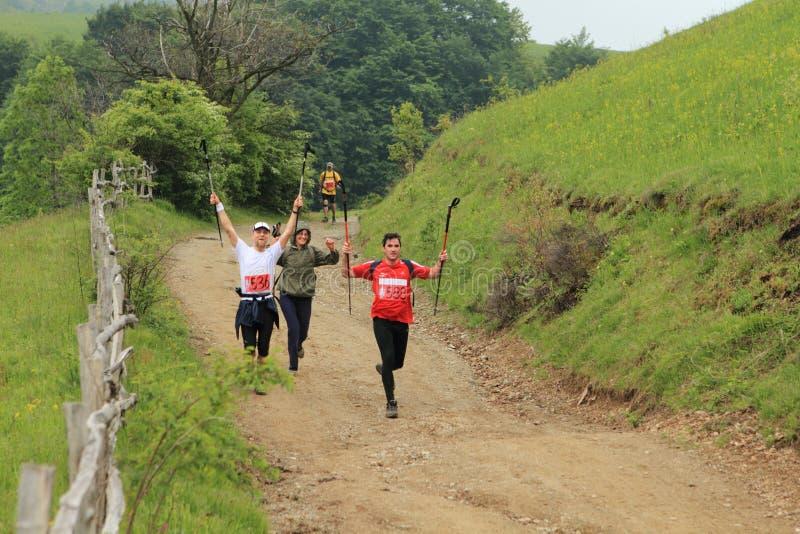 Corredores de maratón en las montañas imagenes de archivo