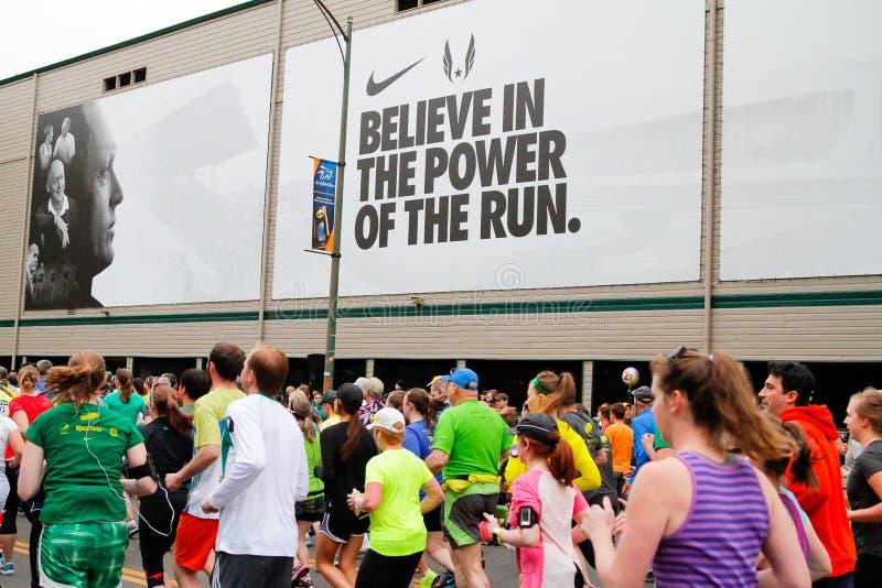 Corredores de maratón que compiten con en Eugene, O foto de archivo