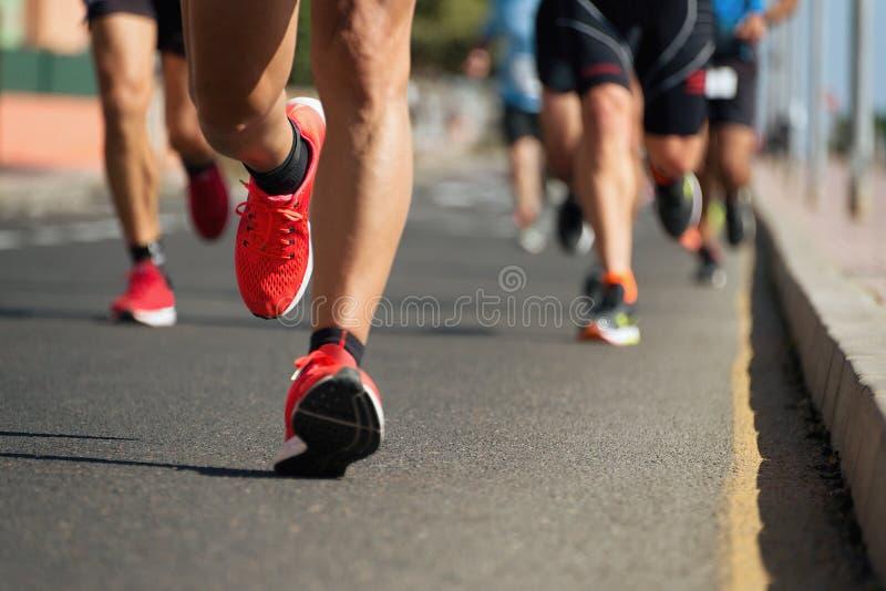 Corredores de maratón que corren en el camino de ciudad fotografía de archivo libre de regalías
