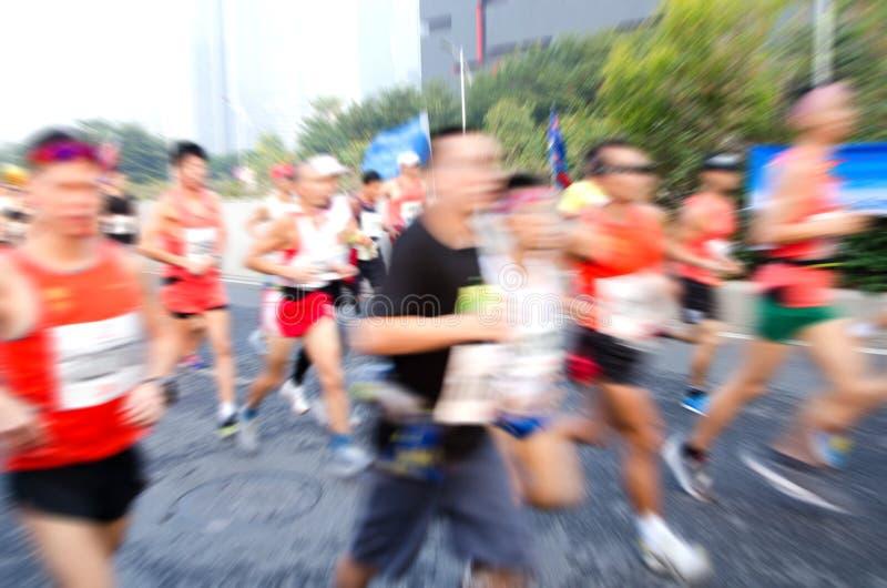 Corredores de maratón que corren en la calle fotos de archivo libres de regalías