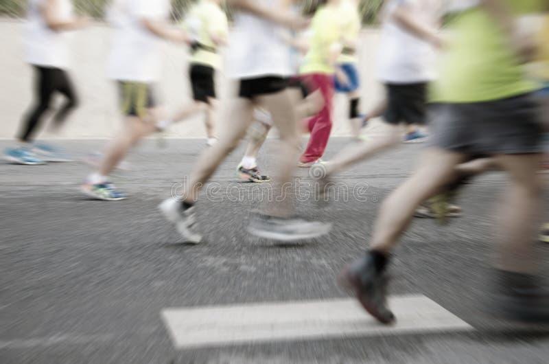 Corredores de maratón que corren en la calle fotos de archivo