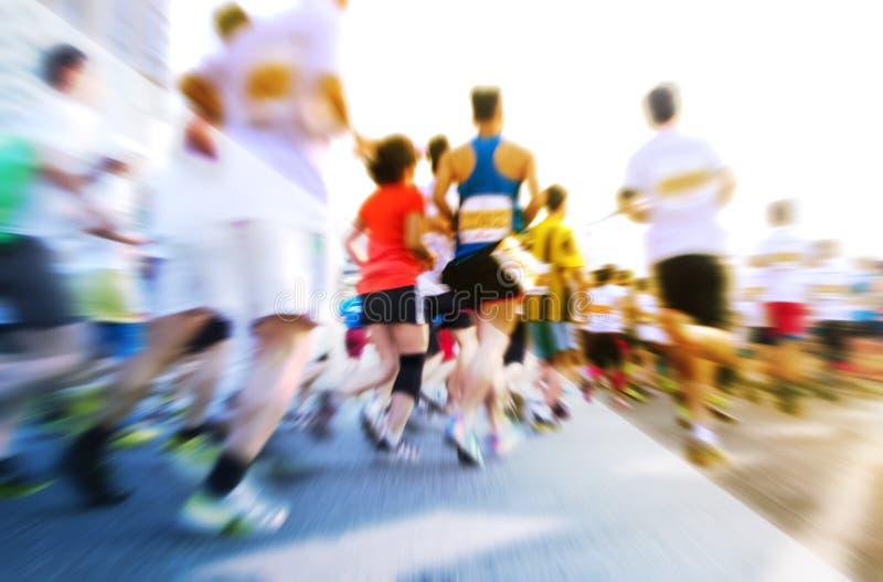 Corredores de maratón que corren en la calle fotografía de archivo