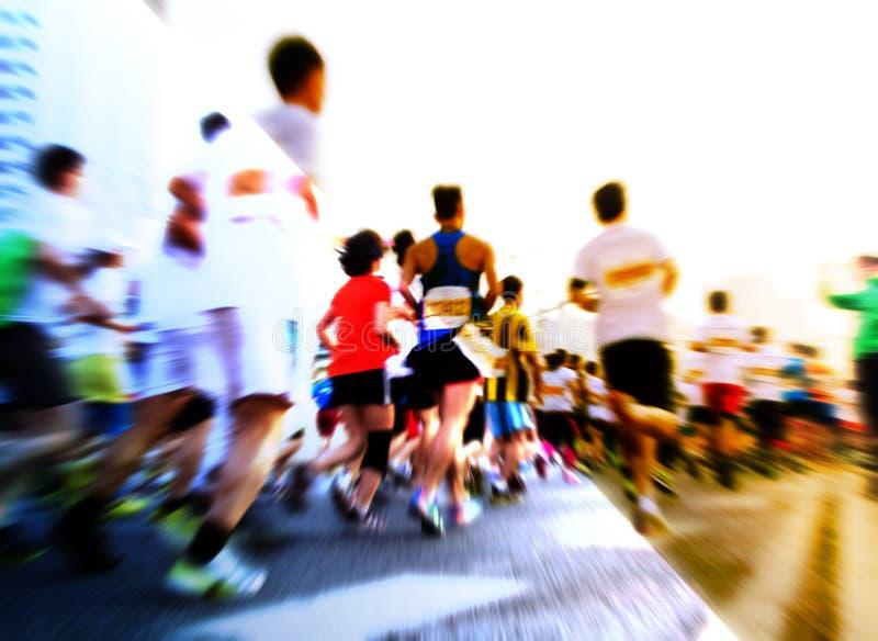 Corredores de maratón que corren en la calle imagen de archivo libre de regalías