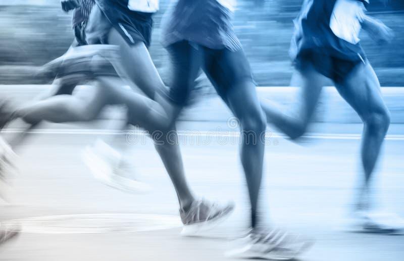 Corredores de maratón que corren en la calle fotografía de archivo libre de regalías