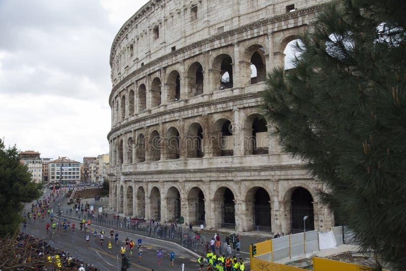 Corredores de maratona perto do meta no estádio de Colosseum de Roma, Itália imagem de stock royalty free