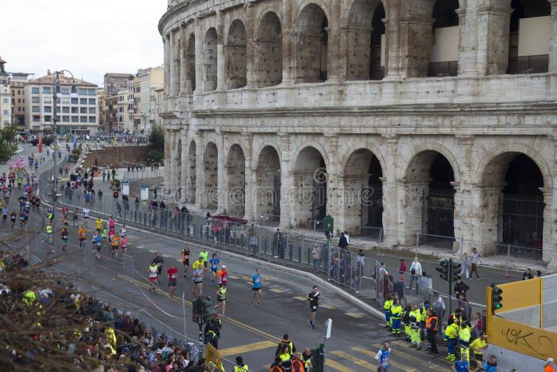 Corredores de maratona perto do meta no est?dio de Colosseum de Roma, It?lia foto de stock royalty free