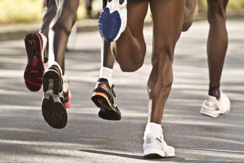 Corredores de maratona pretos foto de stock