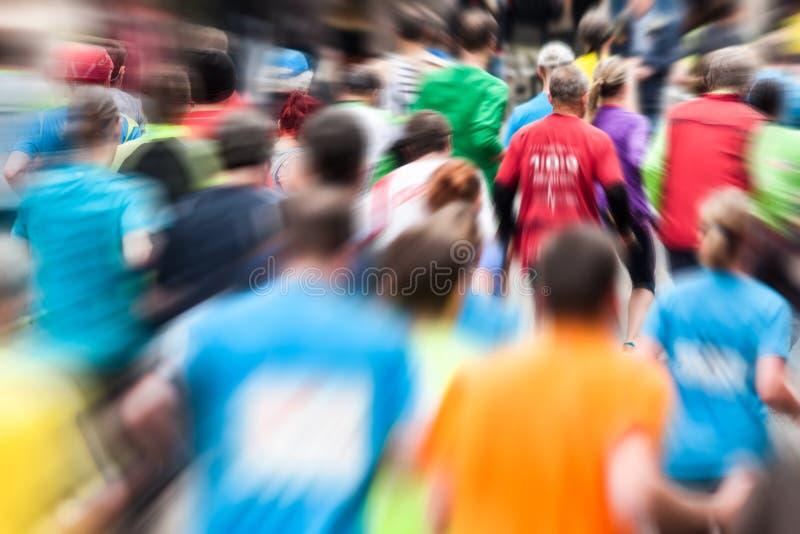 Corredores diferentes na maratona de atrás fotografia de stock