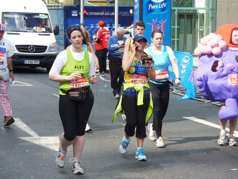 Corredores do divertimento Londres maratona no 22° de abril de 2012