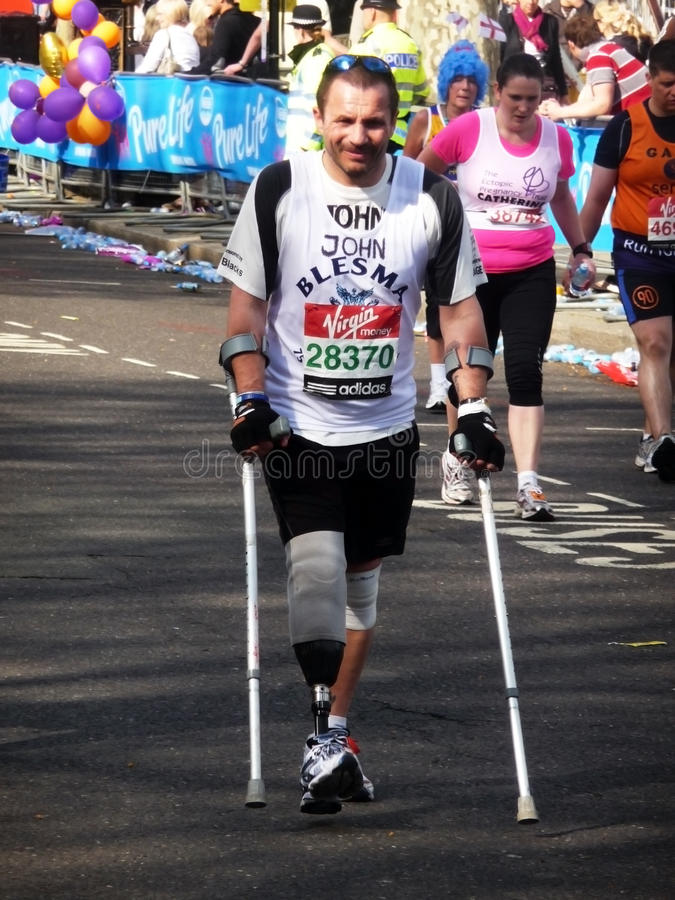 Corredores Do Divertimento Na Maratona 2ö Abril 2010 De Londres Foto Editorial