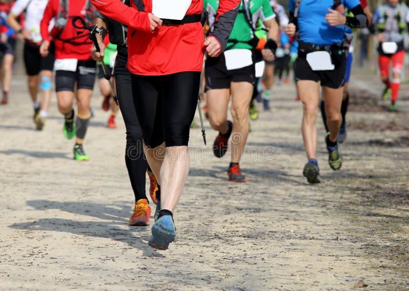 Corredores en el maratón en la ciudad imagen de archivo libre de regalías