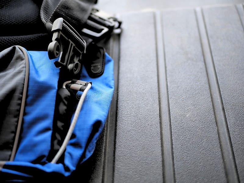 Correia azul e preta da trouxa para acampar, caminhar, e backpacking imagem de stock