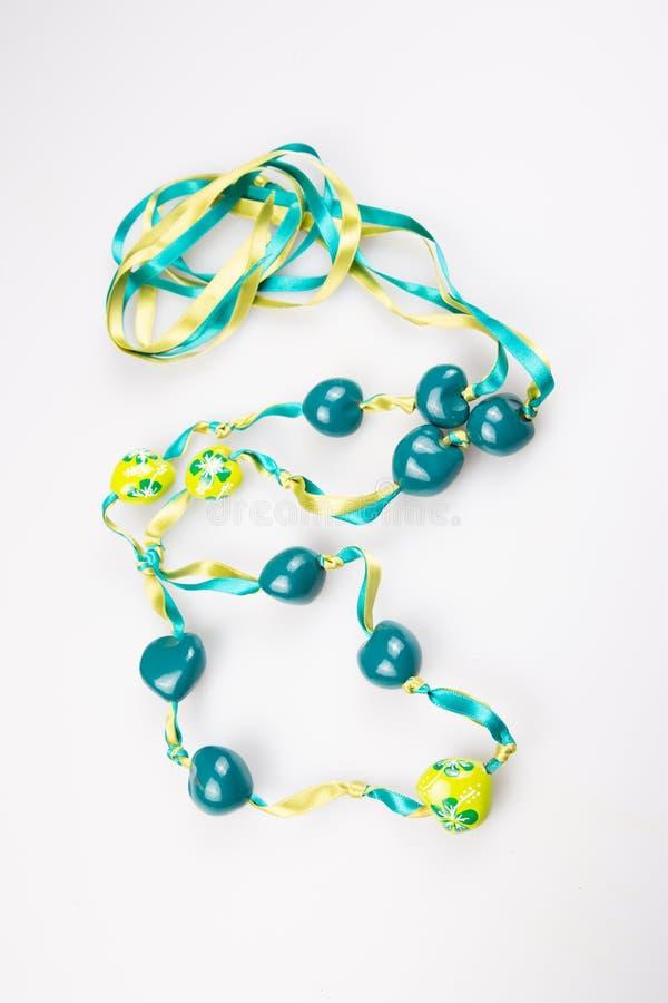 Correia azul verde-clara dos grânulos da joia isolada no fundo branco foto de stock