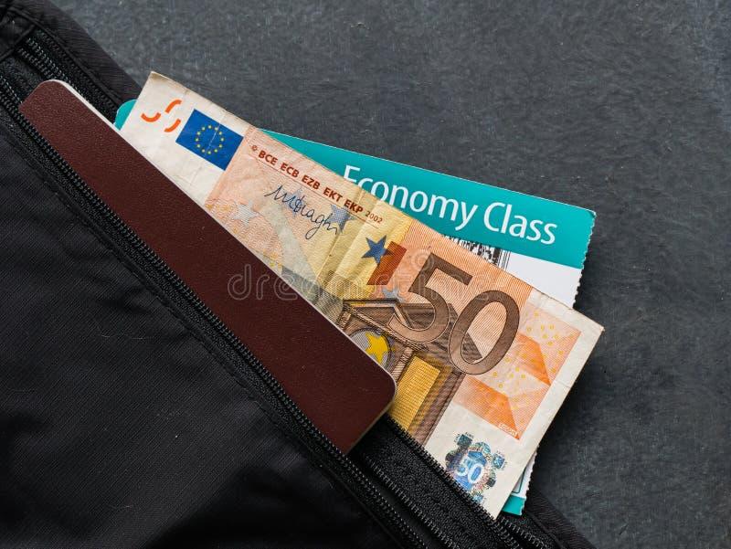 Correia de dinheiro com passaporte fotografia de stock