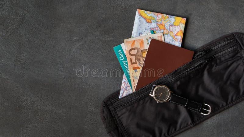 Correia de dinheiro com passaporte foto de stock royalty free