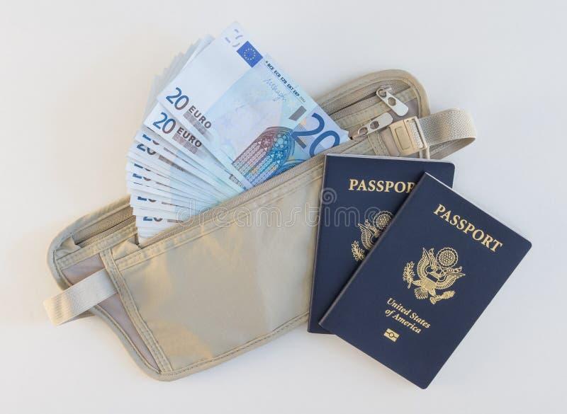 Correia de dinheiro, passaportes, e Euros fotografia de stock