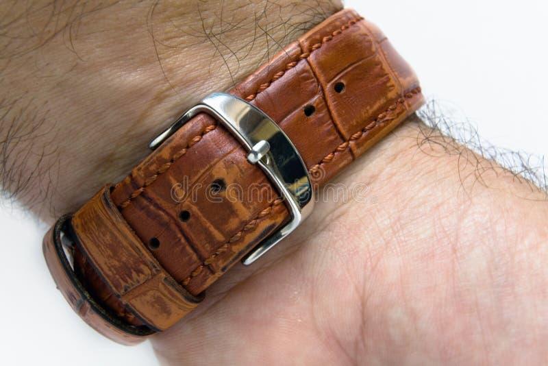 A correia de relógio é prendida ao pulso de um homem imagens de stock