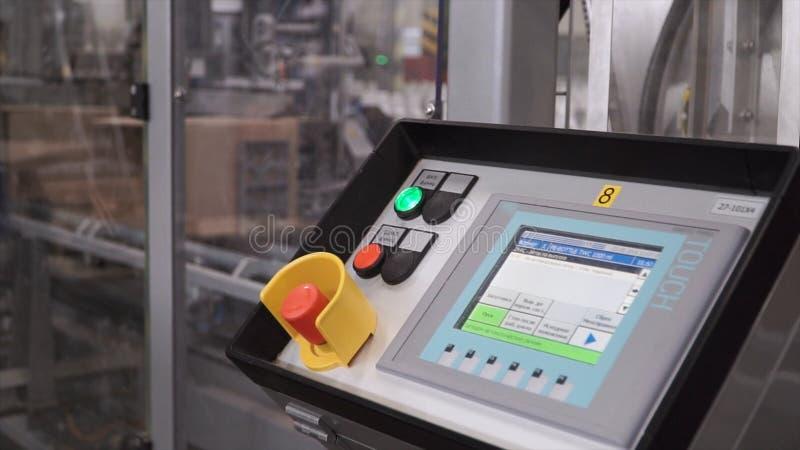Correia transportadora controlada por computador grampo Painel de controle da máquina industrial do CNC na fábrica Material infor foto de stock royalty free