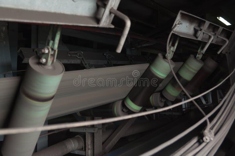 Correia transportadora de borracha de rolo para transportar o carvão da mina de carvão fotografia de stock