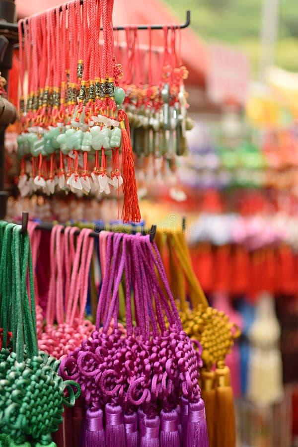 Correias coloridas do jade vendidas como a lembrança da mercadoria no mercado de chinatown fotografia de stock royalty free