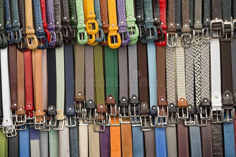 Correias de couro na loja italiana em Florença imagem de stock royalty free