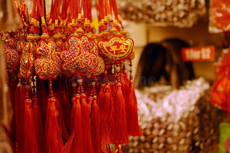 Correias seguras da sorte colorida vendidas como a lembrança da mercadoria no mercado de chinatown foto de stock royalty free