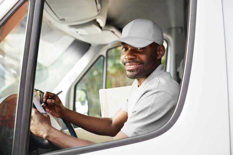 Correio Delivery Motorista Driving Delivery Car do homem negro imagens de stock royalty free