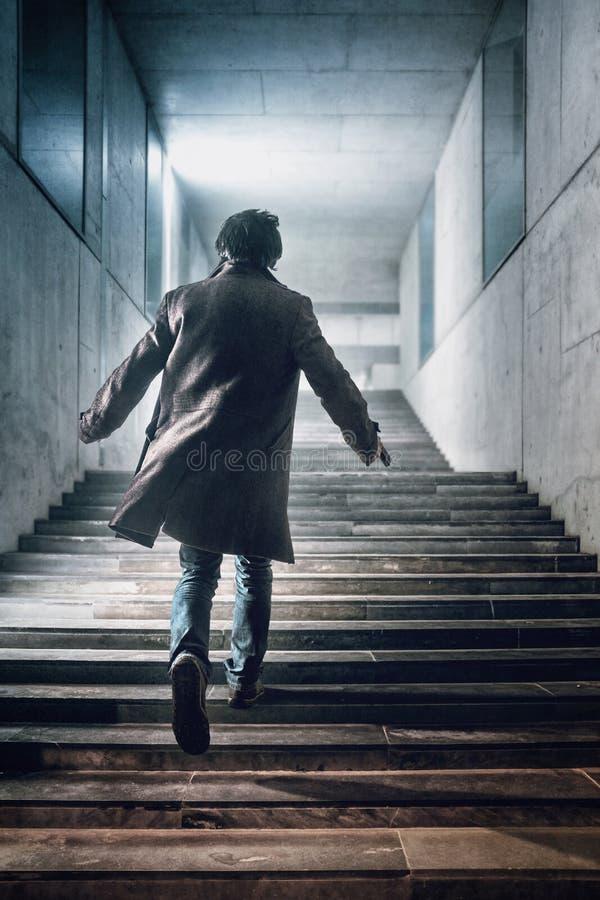 Correndo acima as escadas foto de stock