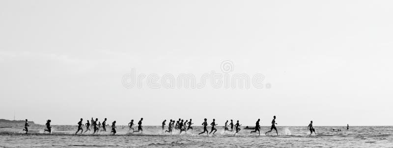 Correndo al mare fotografia stock
