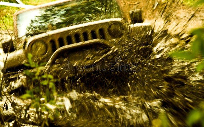 Correndo attraverso il fango fotografia stock libera da diritti