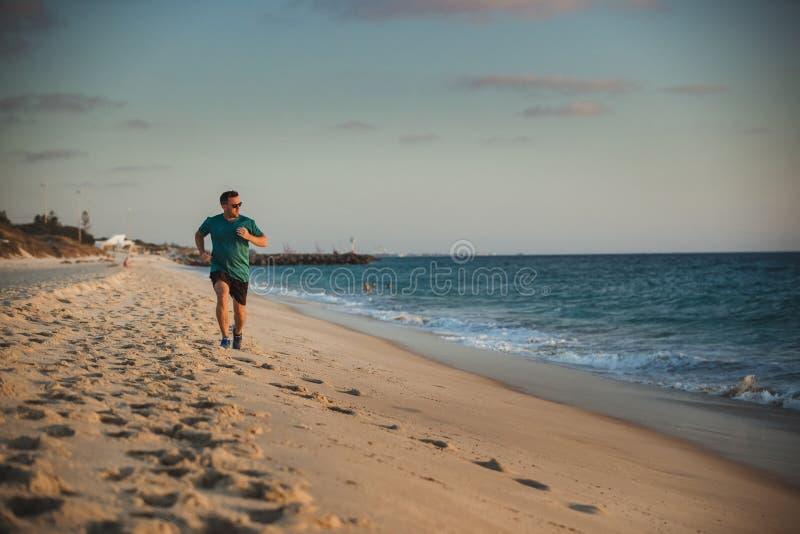 Correndo lungo la parte anteriore della spiaggia fotografie stock