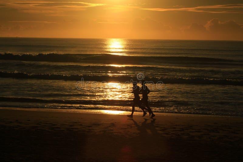 Download Correndo Lungo La Spiaggia Con Alba Immagine Stock - Immagine di cielo, litorale: 56888403