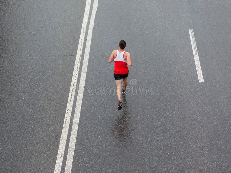 Correndo nella pioggia fotografia stock