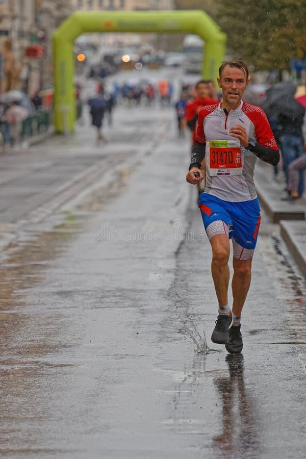 Correndo nella pioggia del posto Bellecour immagini stock