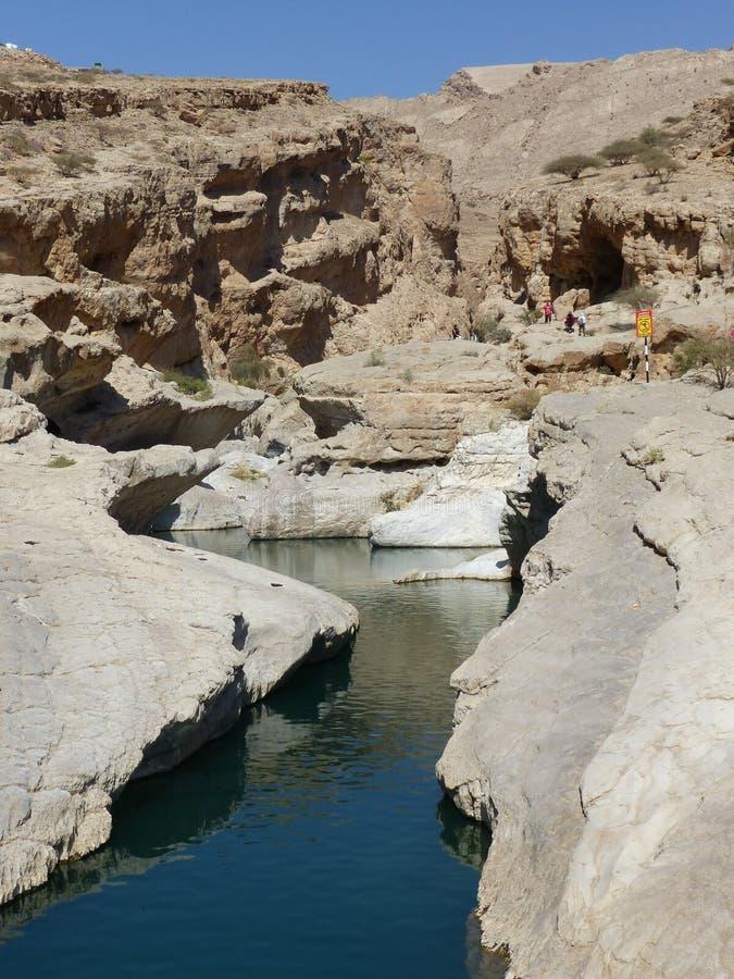 Corrente che alimenta Wadi Bani Khalid fotografia stock libera da diritti