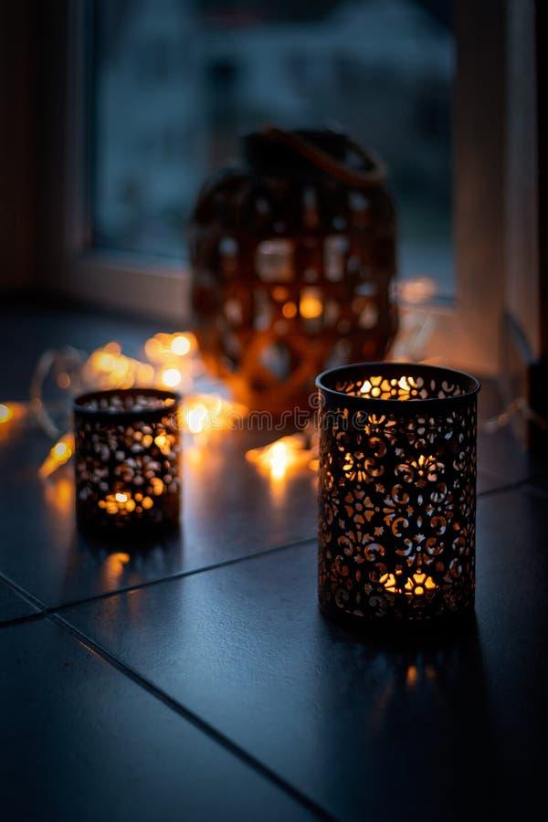 A corrente clara e as velas criam uma atmosfera confortável rom?ntico Natal imagem de stock