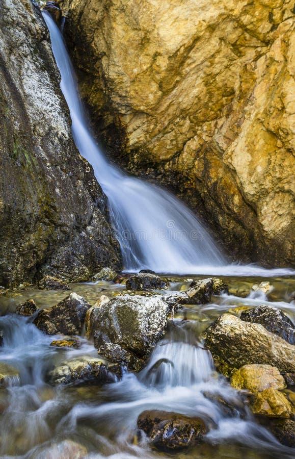 Corrente D'Acqua Tra Rocce Marroni immagine stock