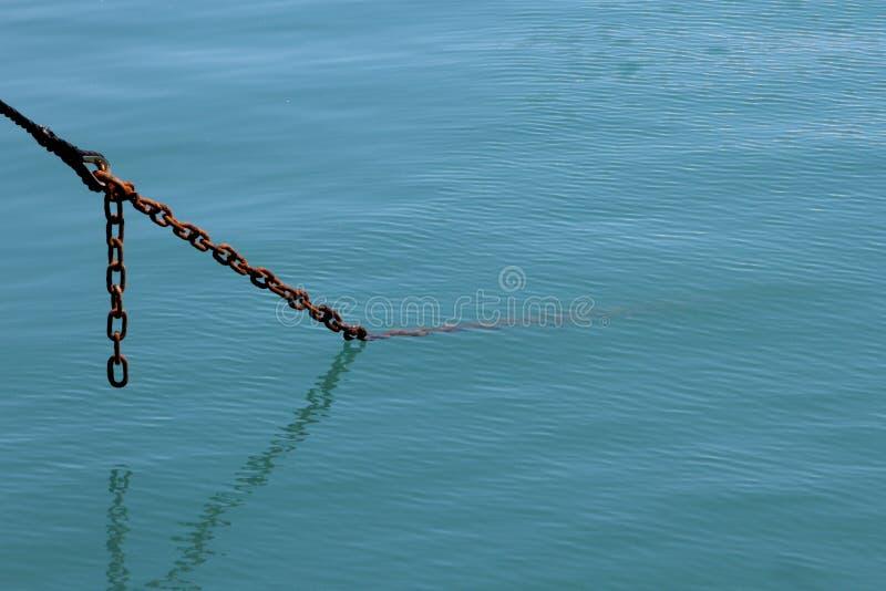 Corrente de âncora no mar imagens de stock