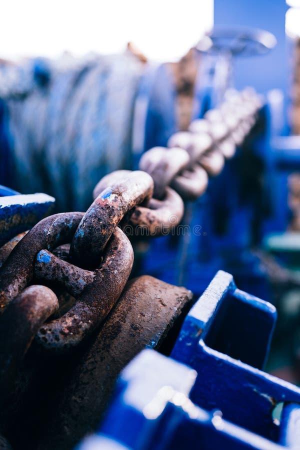 Corrente de âncora oxidada na curva Parte de amarrar o equipamento borr?o Close-up Fundo imagem de stock royalty free