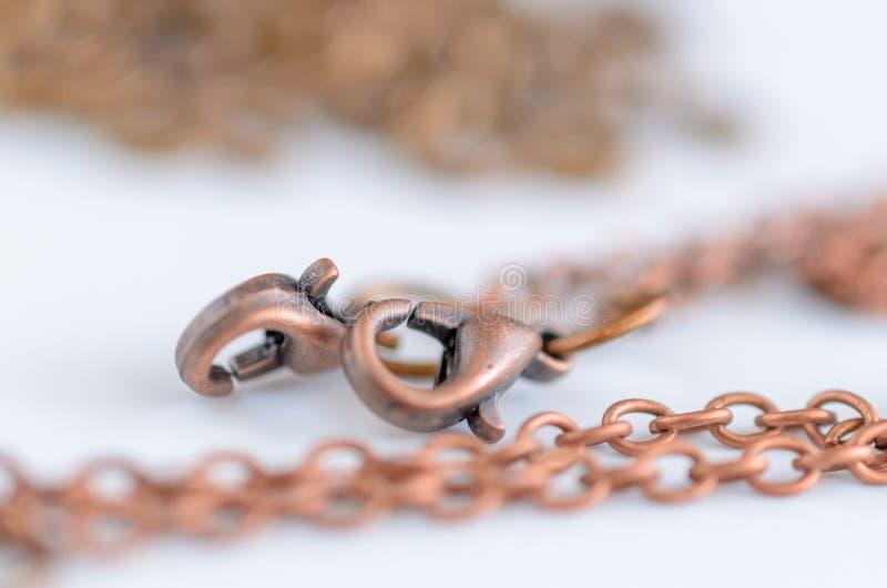 Corrente de cobre com o fecho da lagosta para a joia feito a mão, conceito do ofício foto de stock