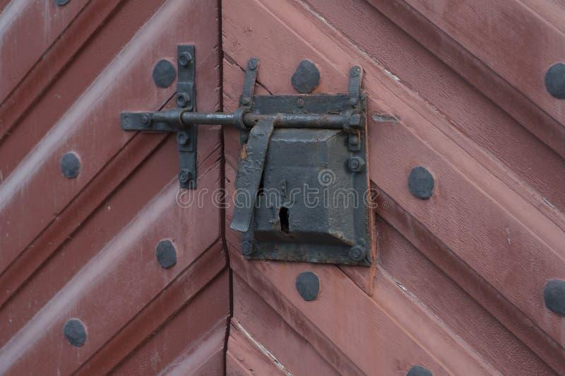 Corrente de fechamento velha fechado da entrada da porta imagens de stock royalty free