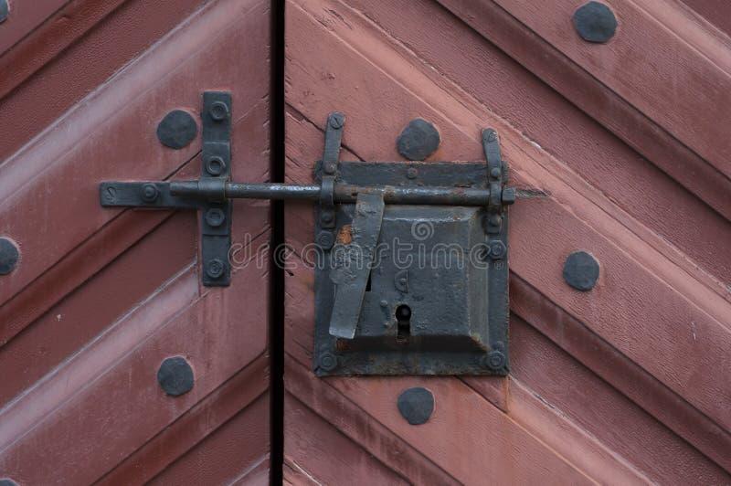 Corrente de fechamento velha fechado da entrada da porta foto de stock