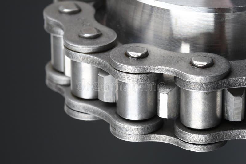 Corrente de ligação do metal e roda denteada fotografia de stock royalty free