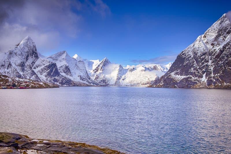 Corrente de montanhas pitoresca em ilhas de Lofoten em Noruega fotos de stock