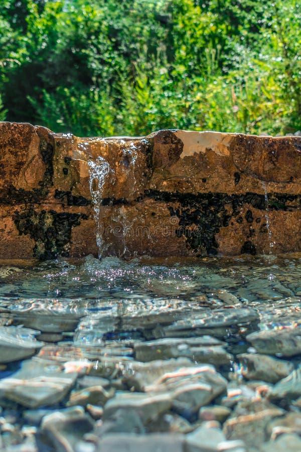 Corrente dell'acqua da una parete con le rocce subacquee fotografia stock libera da diritti