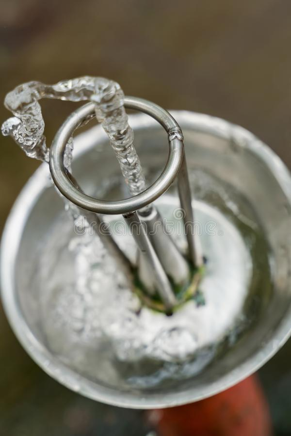 Corrente dell'acqua dolce di una fontanella immagini stock libere da diritti