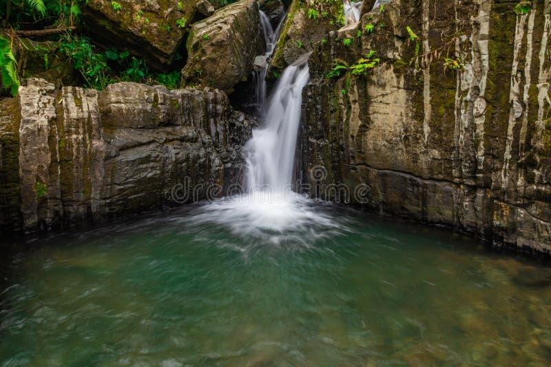 Corrente dell'acqua nella traccia a Juan Diego Falls immagini stock libere da diritti