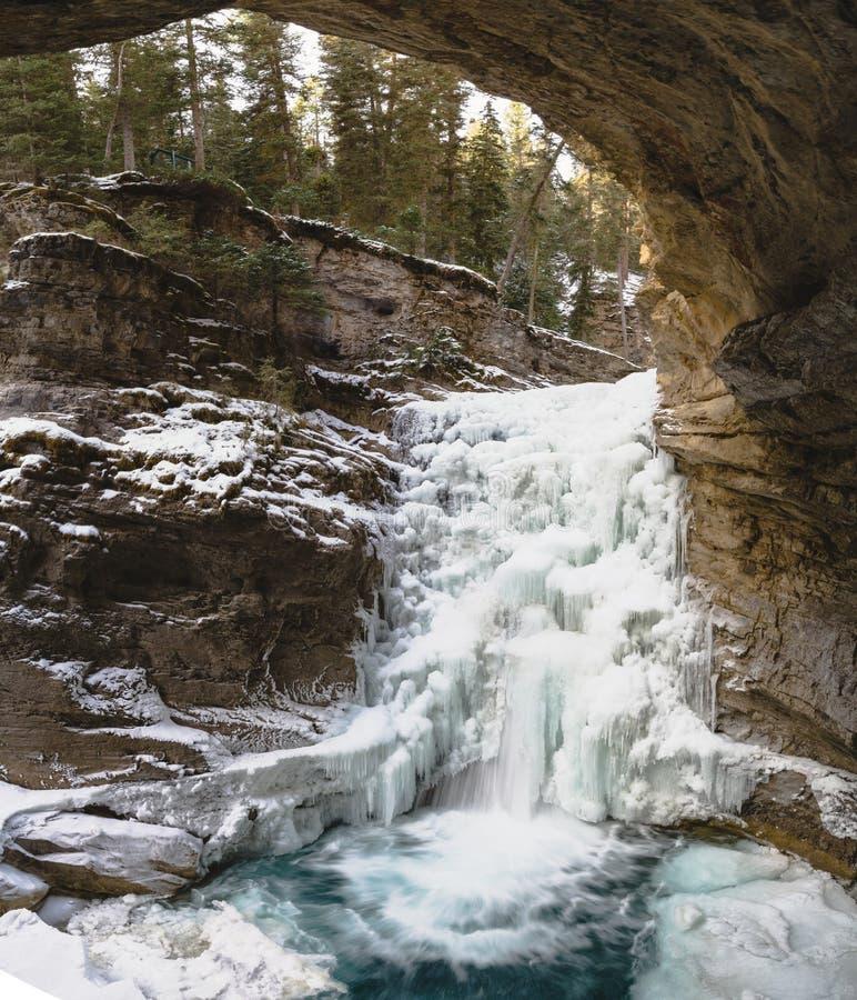 Corrente di inverno in Johnston Canyon fotografie stock libere da diritti